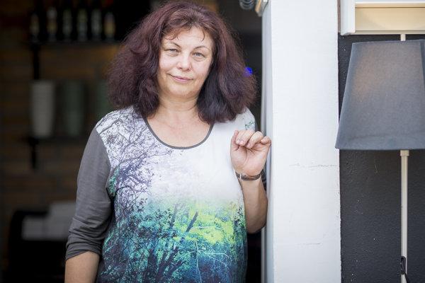 Zlata Holušová (58) sa narodila vPrahe, no od detstva žije vOstrave. Vyštudovala český jazyk adejepis vBrne. Pracovala vČeskom rozhlase avroku 1985 založila festival Spirála, ktorý však režim zakázal. Od roku 2002 organizuje Colour of Ostrava.