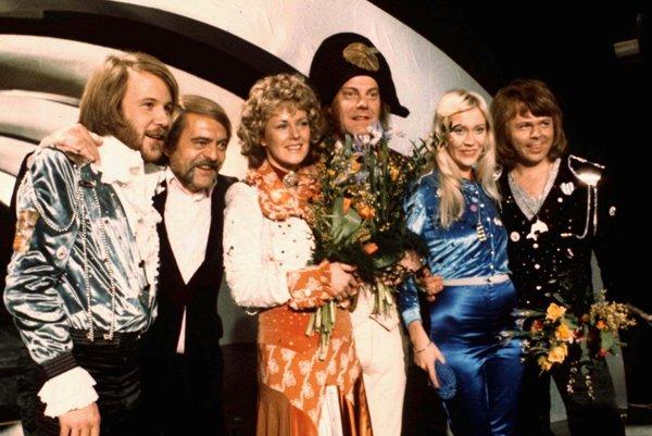 Na archívnej snímke zo 6. apríla 1974 členovia švédskej skupiny ABBA a blízki spolupracovníci sa tešia z víťazstva v Eurovíznej pesničkovej súťaže v Brightone.