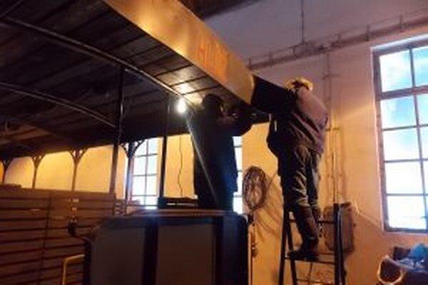 Výletný vagón dostal novú strechu, opravená je motorová  lokomotíva DH 120, ktorá už niekoľko rokov stála v kúte depa.