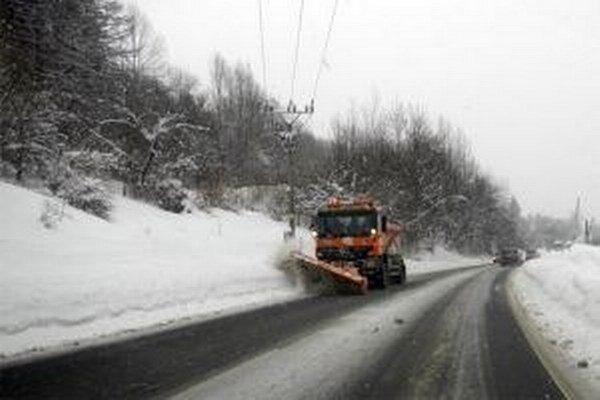 V posledných dňoch je výdatné sneženie tvrdou skúškou aj pre   pracovníkov, ktorí sa starajú o zimnú údržbu na cestách Žilinského samosprávneho kraja.
