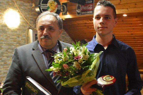 Primátor Krásna nad Kysucou Jozef Grapa si zapózoval s najlepším športovcom za rok 2014 Matejom Poštekom.