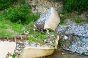 Nádrž sa v októbri 2010 roztrhla, nevydržala prítoky vody počas povodne.
