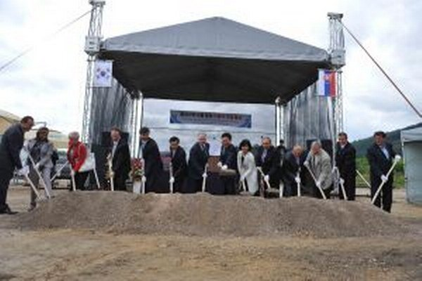 Kórejčania chcú v Krásne nad Kysucou investovať 12 miliónov eur a postupne zamestnať až 750 ľudí. Vlani v auguste sa uskutočnilo slávnostné otvorenie stavby.