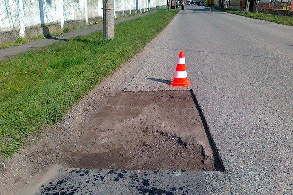 Poškodené cesty sú pohromou pre motoristov.