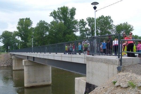 Ako prvá prešla po moste symbolicky najmladšia generácia.