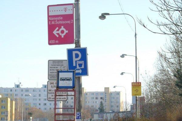 Mesto má do konca roka podpísanú nájomnú zmluvu s nitrianskou eseročkou na prenájom mestských priestorov, kde má firma osadené reklamné zariadenia.