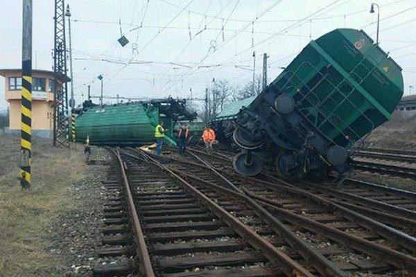 Železnice Slovenskej republiky pracujú na odstránení následkov vykoľajenia nákladného vlaku z nedele  1. marca 2015 na železničnej stanici v Štúrove.