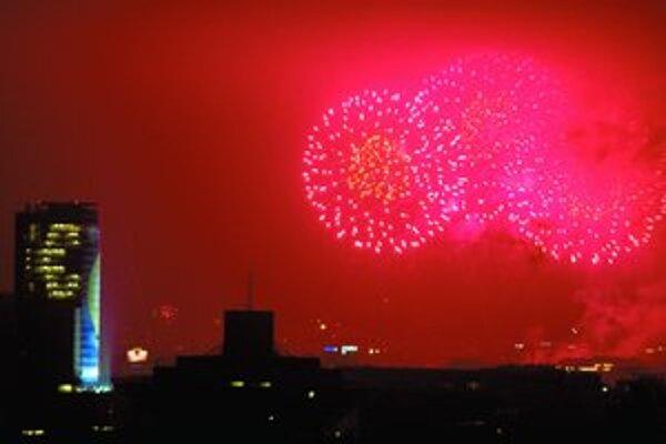 Príchod nového roku v Bratislave: ohňostroj a euro na budove Národnej banky.