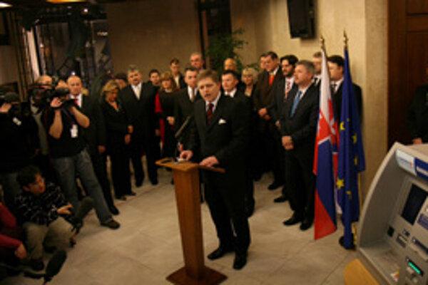 Desiatky televíznych štábov z celého sveta si prišli natočiť premiéra Roberta Fica, ktorý dokončil prácu svojho predchodcu Mikuláša Dzurindu. Ten krajinu nasmeroval na prijatie eura, Fico v tom pokračoval a eurobankovky si marketingovo vybral z bankomatu