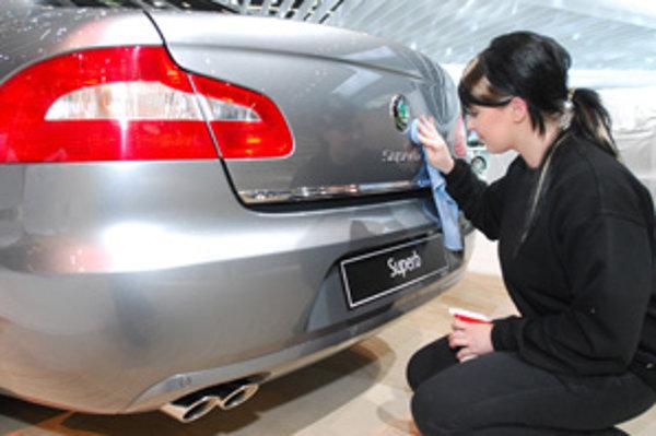 Predajcovia sa snažia osloviť zákazníkov bezchybným vzhľadom áut i akciami.