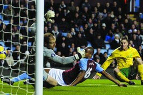 Peter Štyvar (vpravo) strieľa druhý gól do siete tímu Premier League Aston Villa v decembri  v Birminghame v Pohári UEFA. Žilina vyhrala 2:1. Sledoval ho tréner Bristolu City Gary Johnson  a 30. decembra Štyvar podpísal s tímom zmluvu do 30. júna 2011 za