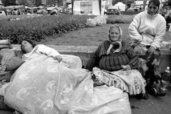 Rómov – neplatičov v auguste 2007 vysťahovali z Nových Zámkov a bez ich súhlasu ich nábytok premiestnili do obcí v okolí Levíc. Tam ich miestni neprijali, v Tekovských Lužanoch im dokonca nábytok podpálili.