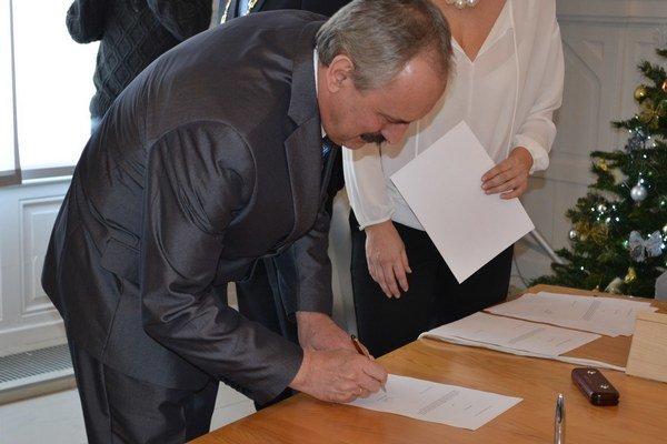 Ján Krtík sa pred štyrmi rokmi stal z riaditeľa strednej školy zástupcom primátora. Od zajtra bude oficiálne zastávať post primátora Levíc.