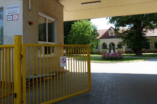 Cez vstupnú bránku psychiatrickej nemocnice už mali voziť deviantov do jediného detenčného ústavu na Slovensku, ktorý mal stáť v jej areáli.