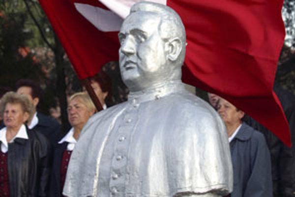Tisova socha stojí v Čakajovciach pri Nitre.