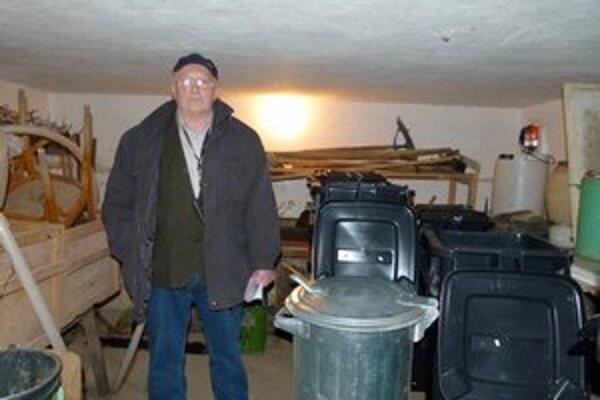 Z pivnice pod obecným úradom zmizli krovinorezy a píla.