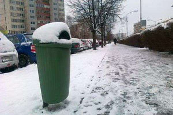 Hoci zimnú údržbu ukončili v Leviciach 1. marca, sneh napadal aj po tomto termíne a do ulíc museli opäť vyjsť stroje aj ľudia.