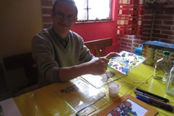 Michal maľuje na sklo už viac ako dva roky.