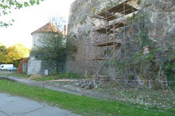 Levický hrad sa rozpadá. Opäť vypadla časť múra.