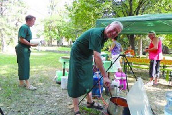 V parku pri Levickom hrade súťažné tímy pripravovali rybacie špeciality podľa overených receptov.