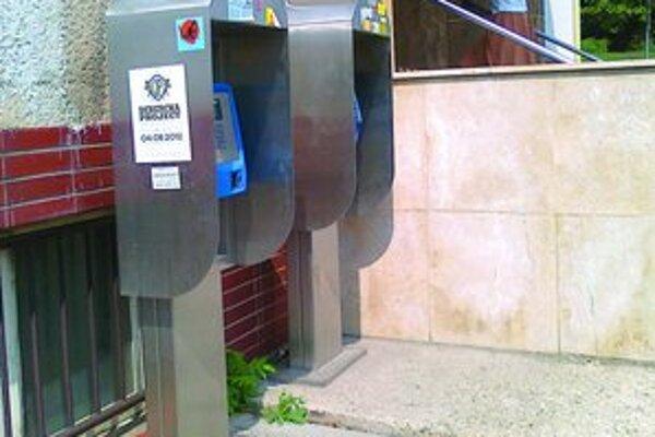 Dva z verejných telefónnych automatov sú v Leviciach pred hlavnou poštou.