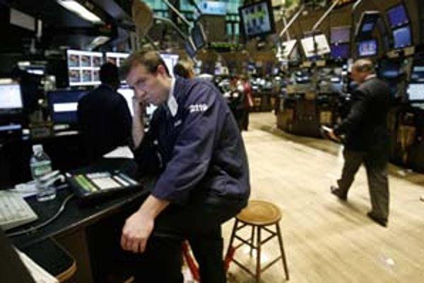 Keď akciové trhy klesajú, správcovia dôchodkových úspor znižujú podiel akciových investícií v portfóliách rastových a vyvážených fondov.