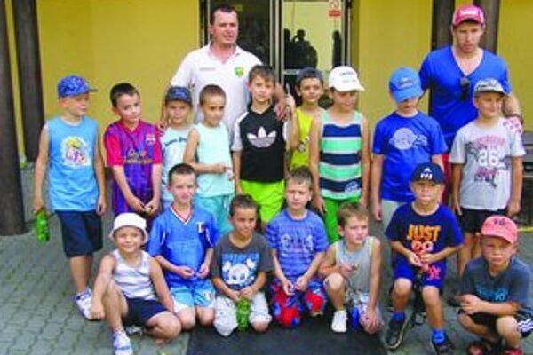 Účastníci kempu s trénermi.