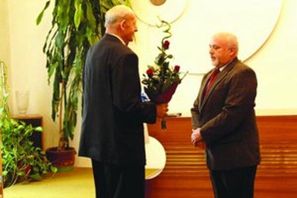 Oslávencovi Š. Mártonovi (vľavo) zablahoželal primátor Šiah.