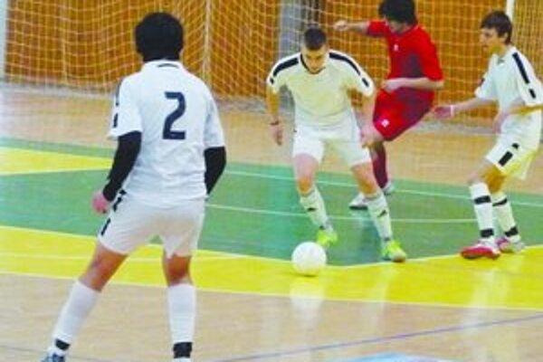 Dorastenci Horných Turoviec (v bielom) sa stali víťazom turnaja.