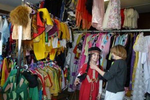 Tretiačka Viki z Levíc si hľadala na karneval na ľade kostým baletky, nakoniec sa rozhodla pre masku indiánky.