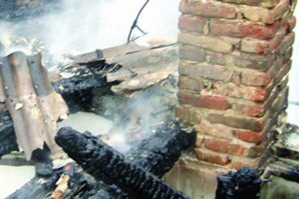 Zanesené komíny či drevené hrady v nich zamurované. Aj takto vznikajú požiare na začiatku sezóny.