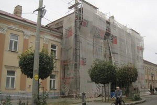 Radnicu v Šahách mestský úrad obnovuje.