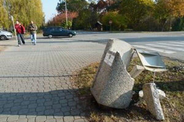 Napriek ťažko zničiteľnému materiálu, z ktorého sú zhotovené, a masívnemu dizajnu ich vandali opakovane ničia.
