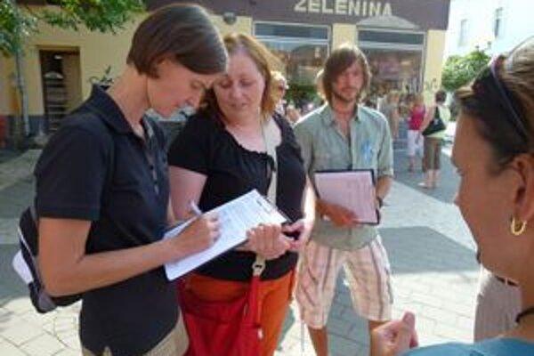 Učitelia zbierali podpisy pod svoju petíciu aj v Leviciach.