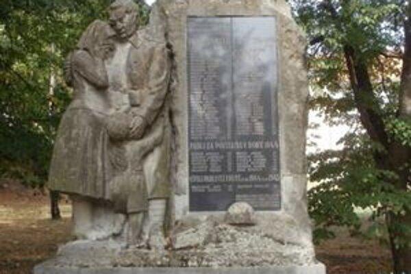 Pomník padlých vojakov v 1. a 2. svetovej vojne v Starom Tekove nahlodal zub času. Jeho obnova je nevyhnutná.