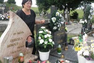 Na cintoríne v Ipeľských Úľanoch pribudol náhrobný kameň aj kamenná zemeguľa. Matka si ale želá, aby Arnoldovým cintorínom ostal oceán.