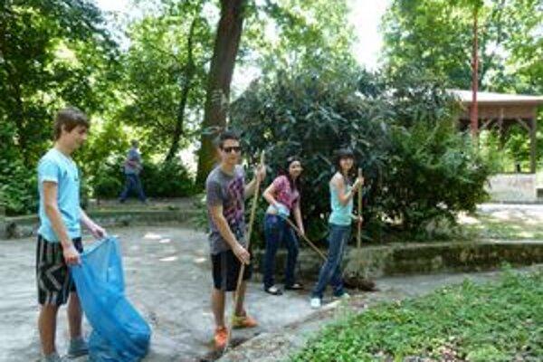 Mládežníci počas brigády zbavili niektoré lokality mesta odpadu. Vyhrabali lístie, pozbierali cigaretové ohorky a iný neporiadok.