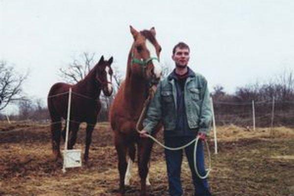 Igor Poulíček s koňmi, ktoré mu prinášajú cenné trofeje.