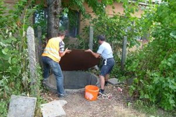 Jediná studňa v osade Karolína je zanesená odpadom. Na jej vyčistenie obyvatelia potrebujú vysokovýkonné čerpadlo.