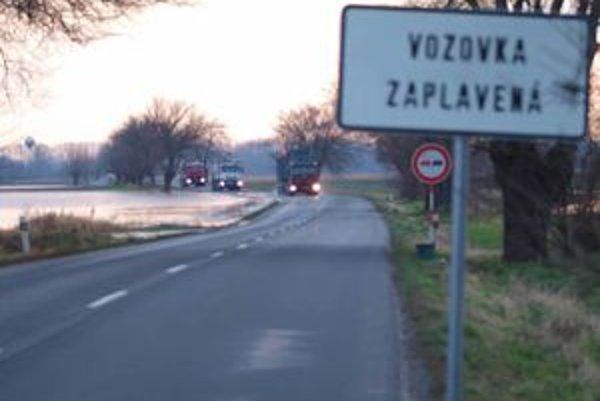 Kritické úseky boli označené dopravným značením, na odvedenie vody cestári kopali priekopy.