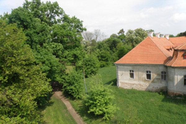 Názvový galimatiáš v Želiezovciach.Obyvatelia ho volajú Schubertov park, úradný názov je Želiezovský park. Premenovať ho chcú na Esterházyho park.