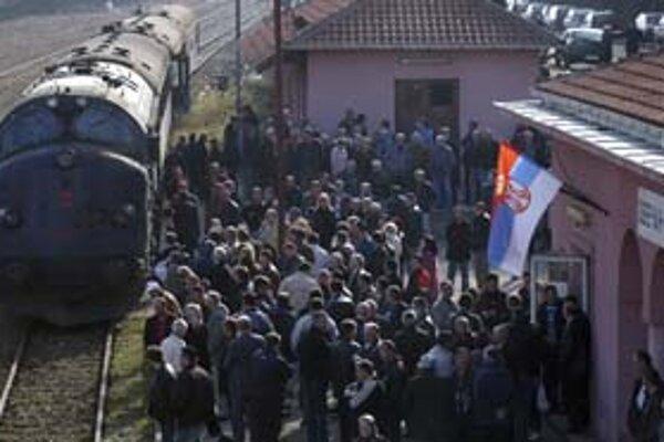 Srbi obsadili železnice na severe Kosova a zablokovali prejazd osobného vlaku.