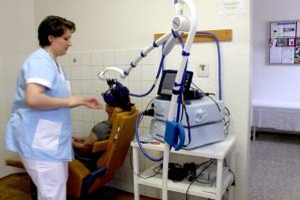 Prístroj, ktorý stimuluje mozgovú kôru pomocou magnetu, využíva na liečbu depresií psychiatria v Hronovciach.