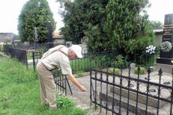 Keď prišiel Ondrej Bodonyi k hrobu svojho zosnulého priateľa, zbadal, že na oplotení nie je kovaná bránka.