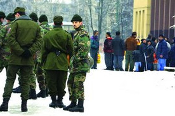 Proti rabujúcim Rómom Dzurindova vláda nasadila v roku 2004 armádu.