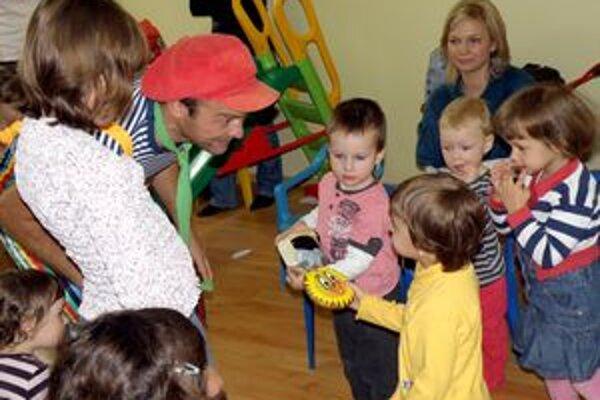 Materské centrum navštevujú najmenšie deti v sprievode rodičov. V centre cvičia, spievajú, hrajú sa a kreslia. Všetko spoločne.
