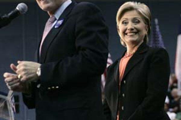 Hillary Clintonová si od manžela požičala mužov jeho bývalej administratívy. Patrí medzi nich aj Wesley Clark.