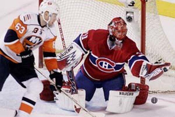 Brankár Montrealu Jaroslav Halák likviduje šancu Čecha Jozefa Vašíčka (New York Islanders).