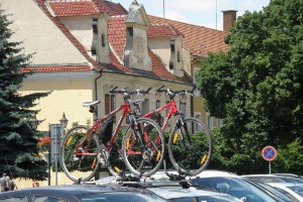 Typický výjav zo Skalice - prišli cyklisti.