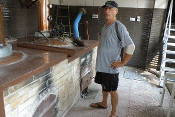 Hlavný páleník Peter Hoferka dychové skúšky v práci nerobí.
